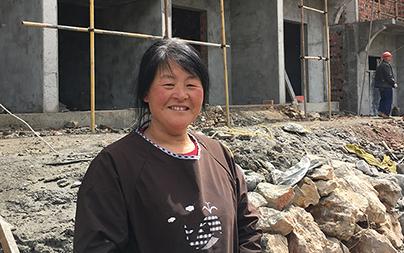 三个月后,李意莲将住进身后正在建设的新家。.jpg